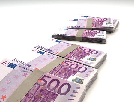 Euro maintains its strength despite the surge of the dollar in recent days and Dollar is losing some bullish momentum after the retail sales report